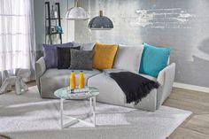 Nest-sohva vaaleanharmaa, kaksi tyynyä vaaleanharmaa, kolme tyynyä multiväri.