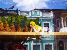 A Vitrina --- Vitre de uma loja de souvenirs na cidade histórica de Cachoeira, Bahia.