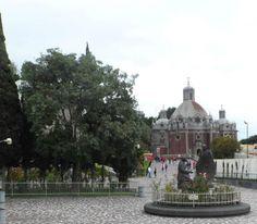 Monumento que representa a impressão das rosas no manto de Juan Diego. Ao fundo a Capilla del Pocito. Assim é o entorno da Basílica de N Sra de Guadalupe,cidade do México. Foto : Cida Werneck