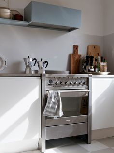 Simplicity, light and lovely details - STIL inspiration Classic Kitchen, New Kitchen, Kitchen Dining, Kitchen Decor, Ugly Kitchen, Kitchen Ideas, Budget Planer, Kitchen Hoods, Kitchen Interior