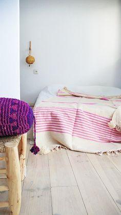 Moroccan Pom Pom Wool Blanket Ecru and Pink por lacasadecoto