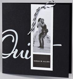"""Faire-part résolument moderne, noir, décoré d'un """"Oui"""" blanc. Deux cartes d'invitation s'accrochent à la couverture à l'aide d'un lacet bicolore noir et blanc. Sur la couverture, une carte porte-prénom vous permettra d'imprimer 1 ou 2 photos afin de personnaliser davantage ce faire-part. A l'intérieur, un encart vient se glisser à droite, pour accueillir votre annonce. Une troisième petite carte d'invitation volante est également comprise avec ce faire-part.  #photomariage #fairepart… Faire Part Photo, Carton Invitation, Aide, Wedding Decorations, Oui, Photos, Inspiration, Wedding Ideas, Black Picture"""