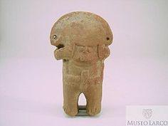 35/ CHANCAY - Figurina representando personaje con tocado de media luna, orejeras circulares y collar, sosteniendo objeto. Museo Larco