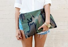 Chic Military-Patterned Purses : 'a pair and a spare' DIY Camo Clutch Diy Clutch, Diy Purse, Clutch Bags, Tote Bag, Diy Sac Pochette, Diy Circle Skirt, Camouflage Fashion, Camo Fashion, Do It Yourself Fashion