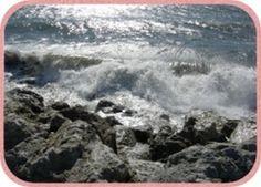 Die Wellen brechen sich an den groben Steinen der Befestigung.