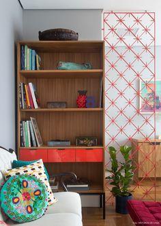 Um escritório comercial não precisa ser sinônimo de decoração sem graça. Esse espaço prova que é possível misturar estilos e cores no ambiente corporativo.