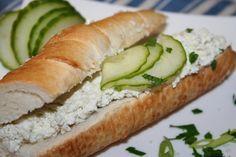 V misce ušleháme máslo elektrickým šlehačem do pěny. Přidáme tvaroh, jemně nastrouhanou nivu a smetanu a šleháme dál, nejméně 5 minut.  Cibuli... Hot Dog Buns, Hot Dogs, Mozzarella, Bread, Food, Breads, Baking, Meals, Yemek