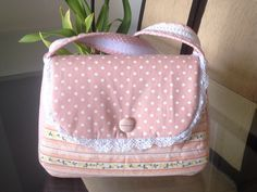 Oiiii….aqui vai mais um passo à passo de uma bolsa, bem prática e fácil de confeccionar. Eu fiz no tom rosa e salmão mas você pode variar e optar por outras cores e padrões de estampas, use d…
