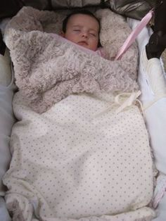 #Saquito #handmade para tu #bebe...calentito y algo único de #mimitoshome Baby Number 2, Doll Carrier, Handmade Baby Gifts, Baby Presents, Baby Clothes Patterns, Baby Nest, Baby Kind, Summer Baby, Sleeping Bag