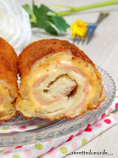 Voici une recette rapide , simple et peu couteuse mais plus qu'éfficace! des roulés de pain de pie garni à votre sauce! Ici se sera jambon fromage ... Pour 10 roulés