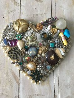 Vintage jewelry is jewelry that was once in style but then fell out of style. Now, many people are wearing vintage jewelry as part of today's styles. Vintage jewelry is very popular today, and it is surprisingly easy to find. Costume Jewelry Crafts, Vintage Jewelry Crafts, Recycled Jewelry, Handmade Jewelry, Handmade Headbands, Handmade Rugs, Handmade Crafts, Antique Jewelry, Button Art