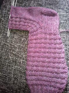 Kädentaidon, neulonnan, virkkauksen, askartelun, ruuanlaiton ja puutarhan hoidon verkkosivusto/blogi Knitting Socks, Knit Socks, Mittens, Sweaters, Crafts, Gardening, Fashion, Socks, Fingerless Mitts