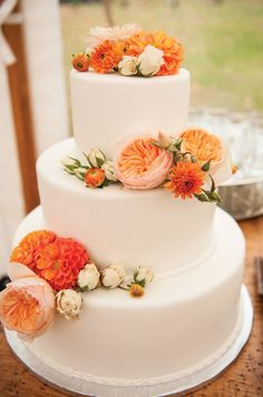 Beautiful Orange Garden Rose and Dahlia-Accented White Fondant Wedding Cake | Photo: Cappy Hotchkiss Photography | Cake: Michael Scott Events |
