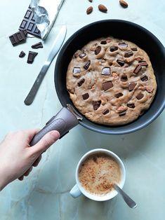 Un cookie géant sans gluten et sans lactose cuit à la poêle. Pour se régaler avec des pâtisseries même quand on n'a pas de four !