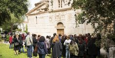 Η Άννα Ρούτση απολαμβάνει την εμπειρία μιας περιήγησης στην ιστορία και το παρελθόν της πόλης μέσα από το πρόγραμμα δωρεάν ξεναγήσεων του Δήμου Αθηναίων.