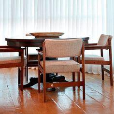 Cadeiras Tião, design de Sergio Rodrigues / Apartamento LA, em Belo Horizonte, Brasil. Projeto do escritório David Guerra Arquitetura e Interiores. #design #cadeira #conversa #designdemoveis #furnituredesign #chairdesign #chair #interior #interiores #artes #arts #art #arte #decor #decoração #architecturelover #architecture #arquitetura #design #projetocompartilhar #shareproject #cadeiratiao #tiaochair #sergiorodrigues #apartamentola #belohorizonte #brasil #brazil #davidguerra…