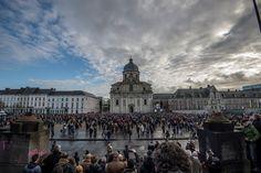 In Gent hebben fans, vrienden en familieleden afscheid genomen van de overleden zanger Luc De Vos. De Gentse Sint-Pieterskerk zat afgeladen vol voor de plechtigheid, op het aangrenzende Sint-Pieter...