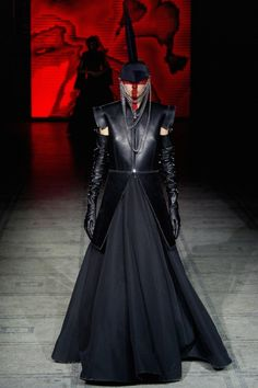 Gareth Pugh F/W 2015-16. Click on the image to see the entire show.