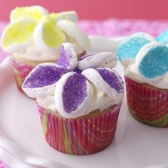 These were a hit for a cute, spring-y Easter dessert. Just cut a marshmallow into slices, dip in colored sugar, and arrange like flower petals.