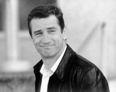 Robert De Niro (Nueva York; 17 de agosto de 1943) actor, director de cine y productor de cine estadounidense. Ganador de premios Óscar por su actuación en las películas Toro salvaje y El padrino II. Es ampliamente conocido por sus papeles de gánster y de personajes conflictivos y turbulentos, destacando sus múltiples colaboraciones con el director Martin Scorsese, y por sus primeros trabajos con el director Brian De Palma.