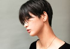 High and short! This is in any case what let think celebrities, more numerous than ever to wear the Pixie Cut. Girls Short Haircuts, Short Bob Hairstyles, Cool Hairstyles, Short Hair Tomboy, Very Short Hair, Medium Hair Cuts, Short Hair Cuts, Shot Hair Styles, Long Hair Styles