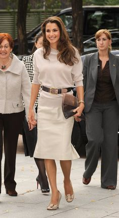Queen Rania of Jordan, Prada Clutch High Fashion Outfits, Classy Outfits, Womens Fashion, Royal Fashion, Timeless Fashion, Dubai Dress Code, Jordan Royal Family, Prada Clutch, Queen Rania