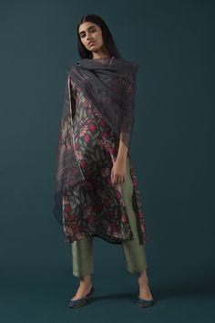 indien/pakistan 10 fashionable salwar suits that you can make from sari # Pakistani Dress Design, Pakistani Outfits, Indian Outfits, Kurti Designs Party Wear, Kurta Designs, Blouse Designs, Churidar, Anarkali, Gowns