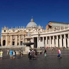 Baru x ini liat orang mau masuk grejaa ngantrinya super panjang.  #fotoantriankepotong #stpietro #basilica #vatican #rome #italy by emelydoank
