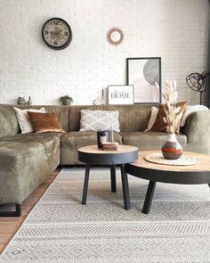 Heerlijk relaxen na een drukke dag of juist gezellig met vrienden kletsen: de woonkamer is dé plek waar het gebeurt. Maar hoe zorg je voor een woonkamer in jouw woonstijl? Bekijk allerlei soorten woonkamer ideeën, kies de stijl die bij je past en laat je inspireren! #woonkamer #woonkamerinspiratie #woondecoratie #woonaccessoires #woonkamerstyling #woonkamerinrichting #woonkameridee #interieurinspiratie #huiskamer   Bron: @huisjedevreugd Decor, Furniture, Dining, Sectional Couch, Dining Bench, Table, Home Decor, Bench, Coffee Table
