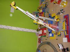 lego kermisattractie zelf gemaakt zonder bouwdoos (naam attractie: booster maxxx)
