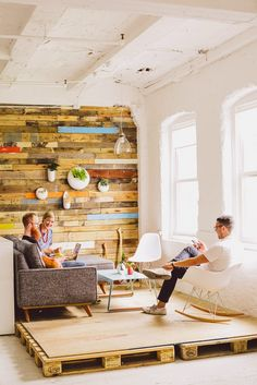 Kind of a cool way to have an elevated section of a room without committing to all the built-in stuff. Reminds me of the apartment on the old Mary-Tyler-Moore show. HOME & GARDEN: 70 (nouvelles) idées pour recycler des palettes !