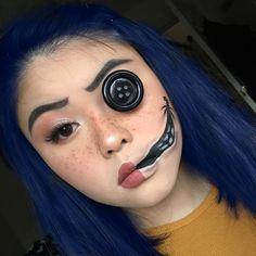 Coraline Halloween Costume, Halloween Makeup Clown, Amazing Halloween Makeup, Halloween Eyes, Halloween Makeup Looks, Pretty Halloween, Halloween Recipe, Halloween Parties, Women Halloween