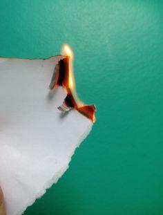 Papel queimando é um exemplo de fenômeno químico, uma vez que deixa de ser papel e passa a ser somente cinza ao entrar em contato com o fogo.