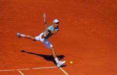 Novak Djokovic n'h�site pas � visiter tout le court pour relancer la lourde balle de Rafael Nadal. http://www.rolandgarros.com/