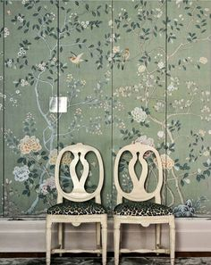 All cupboards should be chinoiserie-covered 💞. Interior by De Gournay Wallpaper, Wallpaper Door, Hand Painted Wallpaper, Chinoiserie Wallpaper, Green Room Colors, Colours, Aztec Home Decor, Home Interior Design, Interior Decorating