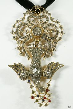 Norrmandy Paste Pendant, ca. 1840, France, paste (crystal grass), 18K gold, 10 x 5.3 cm, A original design in Normandy