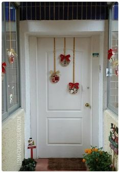 110 Cheap and Easy DIY Christmas Decor Ideas that proves Elegance is not Expensive - Hike n Dip Thinking about elegant and classy Christmas Decorations which won't cost you much. Look here for inspiring Cheap and Easy DIY Christmas Decor Ideas here. Classy Christmas, Beautiful Christmas, Christmas Home, Cheap Christmas, Christmas 2019, Christmas Sewing, Front Door Christmas Decorations, Christmas Wreaths, Christmas Ornaments