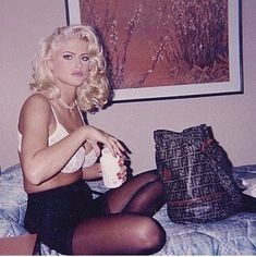 anna nicole smith opening a bottle of what's probably some sort of opiates or coedine while looking glam in a hotel room is such a mood… Anna Nicole Smith, Anna Smith, Pretty People, Beautiful People, Beautiful Women, Veronica Lake, Provocateur, Norma Jeane, Vintage Glamour