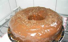 Ingredientes3 ovos (claras separadas)2 xícaras (chá) de açúcar4 colheres (sopa) de manteiga1 xícara (chá) de leite3 xícaras (chá) de farinha de trigo1 colher (sopa) de fermento em pó1 colher (sopa) de essência de baunilha2 colheres (sopa) de chocolateChocolate meio amargo derretido para cobrir o boloModo de PreparoBata o açúcar, as gemas e a manteiga na…