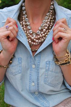 Denim shirt and many necklaces Fashion Over 50, Look Fashion, Winter Fashion, Fashion Outfits, Womens Fashion, Look Camisa Jeans, Statement Necklace Outfit, Style Casual, My Style