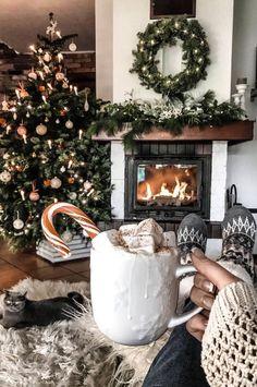 Cosy Christmas, Christmas Feeling, Rustic Christmas, Christmas Photos, Christmas Time, Christmas Lights, Cute Christmas Presents, Cute Christmas Ideas, Christmas Staircase