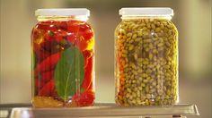 Primeiro, a pimenta deve ser muito bem lavada para evitar a fermentação causada por fungos. Depois é necessário cozinhar a pimenta aberta e dar um choque de temperatura com água fria. Aprenda duas receitas de conserva.