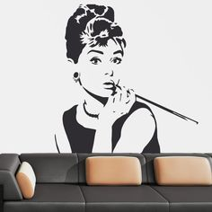 La actriz Audrey Hepburn en su papel de Holly Golightly, en la mítica 'Bearkfast at Tiffany's' llevará el espíritu del glamour del Hollywood de los 50 a tu pared. Elegancia, estilo y una puntita de picardía en este cinematográfico vinilo decorativo. Decora con la clase de un auténtico desayuno con diamantes. #teleadhesivo #decoracion #cine