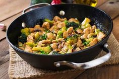 Delicious & Healthy Chinese Ginger Chicken with Broccoli - this recipes ticks all the boxes: healthy, delicious, Keto and Low Carb friendly and only 3 points on Weight Watchers Freestyle! Fresh Broccoli, Chicken Broccoli, Asian Broccoli, Paleo Dinner, Dinner Recipes, Easy Chicken Stir Fry, Healthy Chicken, Electric Skillet Recipes, Healthy Chinese