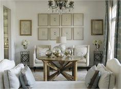 composição de quadros sobre sofá.