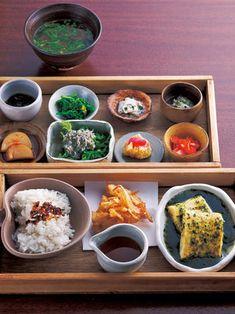 お昼の「ろろろ弁当」1,050円は、旬の食材を使用する献立を月2回変更。出町 ろろろ