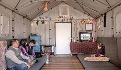 """Pieghevole, in plastica riciclata e quindi assolutamente green. La casa """"portatile"""" per i rifugiati di Ikea vince il premio Beazley Design of the Year, dedicato ai migliori progetti di design e assegnato dal Museo del Design di Londra. Si chiama """"Better Shelter"""", ideata da Johan Karlsson è finanziata dalla Ikea Foundation. Un pannello solare sul tetto per l'energia, pieghevole e quindi portatile, può ospitare una famiglia di cinque persone. Oltre 16mila le casette già consegnate in tutto il…"""