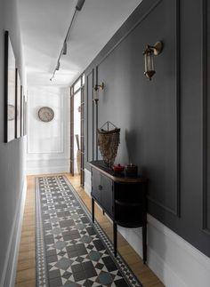 Une maison au design noir et ethnique - PLANETE DECO a homes world - Expolore the best and the special ideas about Modern home design Flur Design, Wall Design, House Design, Deco Design, Design Design, Tiled Hallway, Hallway Flooring, Dark Hallway, Entryway Tile Floor