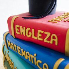 Un cadou perfect pentru dirigintele tau poate fi un tort in forma unei carti pe care o putem personaliza asa cum iti doresti. Culorile si compozitia sunt la alegere.