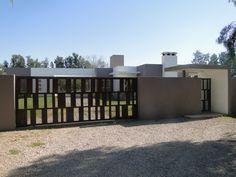 acceso casa suburbana, porton chapa lisa y perforada tipo corten